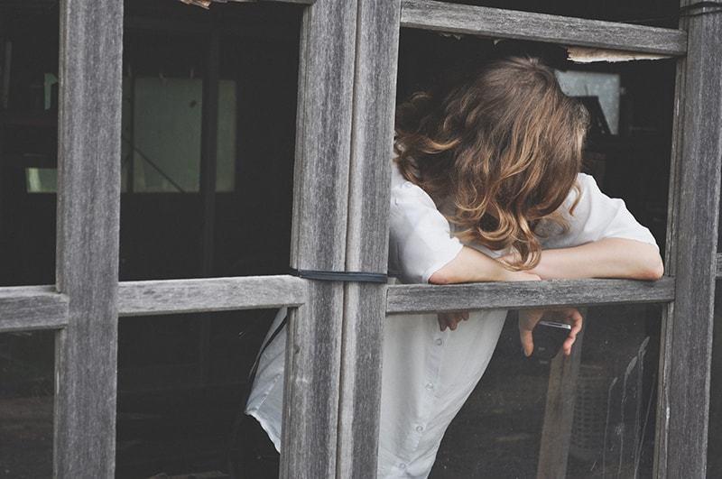 Eine besorgte Frau lehnte sich aus dem Fenster