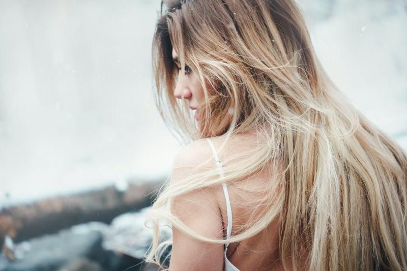 Frau mit blonden Haaren trägt Top