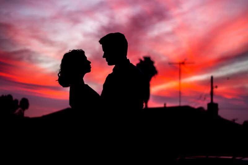 Mann und Frau stehen sich während der goldenen Stunde gegenüber