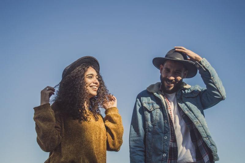 Mann und Frau stehen unter blauem Himmel