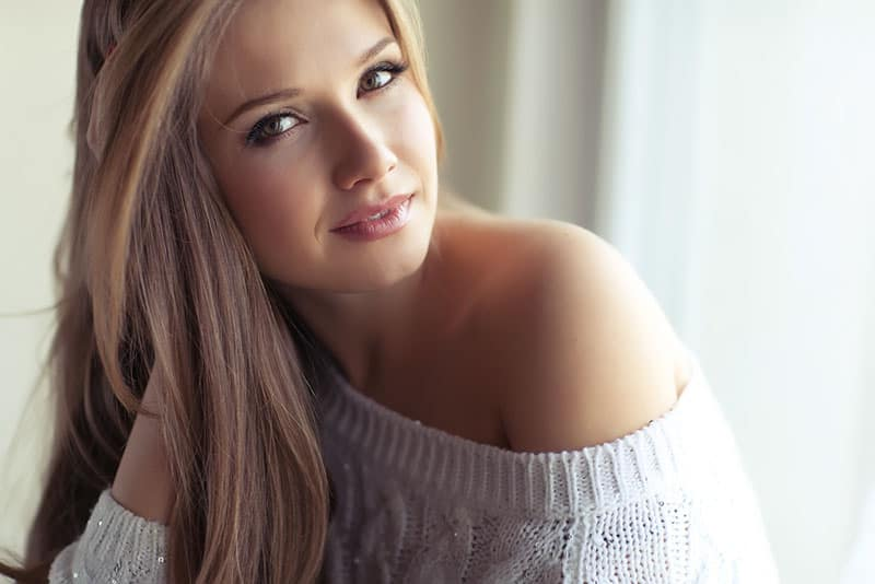 attraktive junge Frau posiert