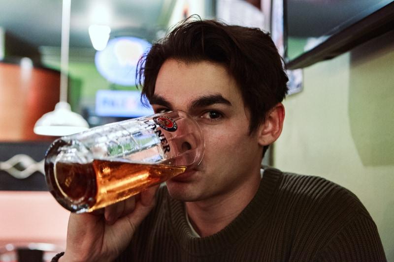 ein Mann, der Bier trinkt
