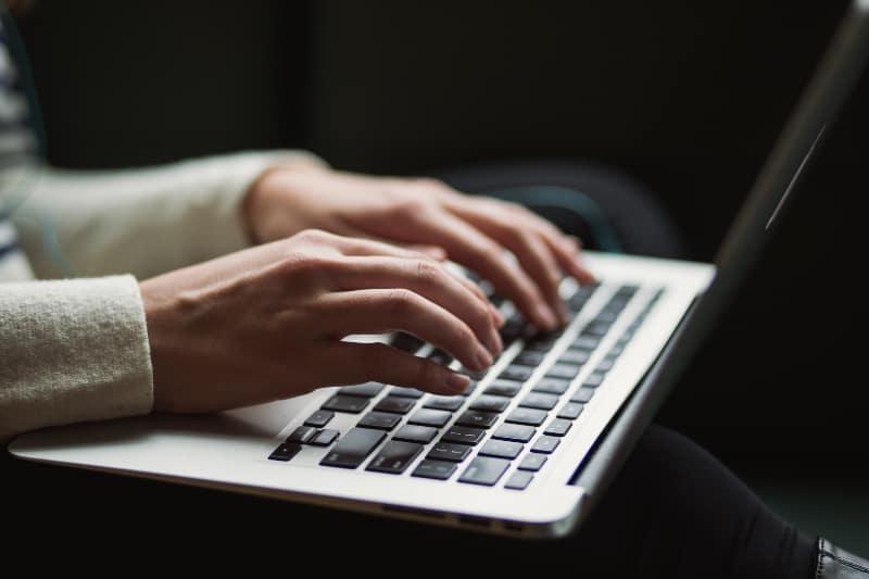 eine Person, die einen Laptop benutzt