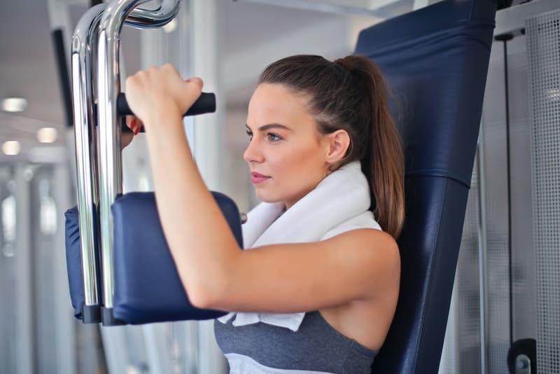 entschlossene Frau, die im Fitnessstudio trainiert