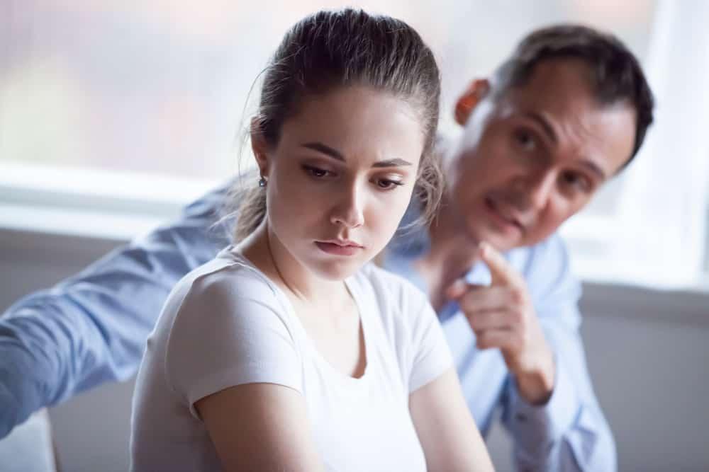Der Mann beschuldigt die traurige Frau