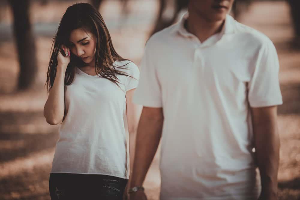 Der Mann verlässt das traurige Mädchen