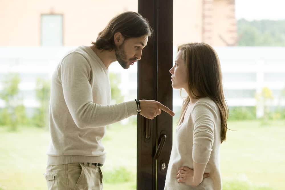 Ein Mann mit Bart bedroht verbal eine Frau