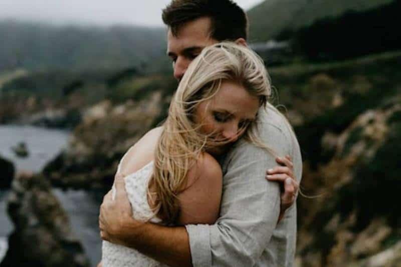 Ein Paar umarmt sich auf einem Berg