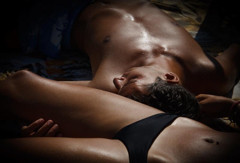 Fotografie von Mann und Frau, die sich ausruhen