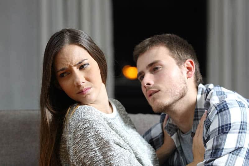 Frau schieben Mann von ihr zu Hause