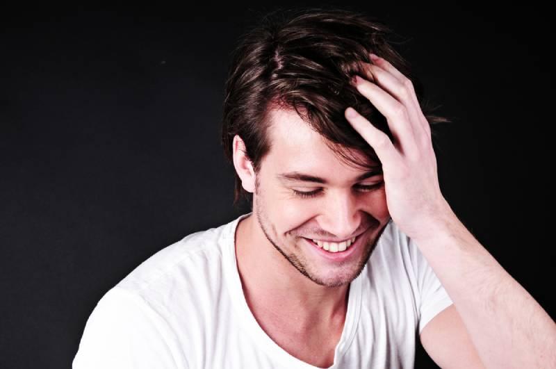 Hübscher lächelnder Mann