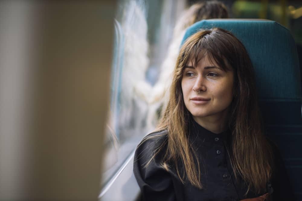 Porträt einer Frau in einem Zug