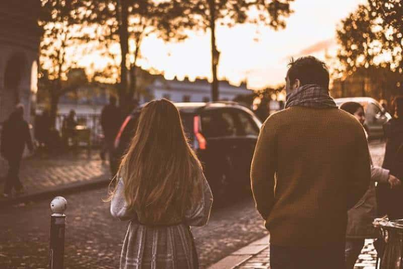 Zwei Menschen gehen durch die Straßen der Stadt