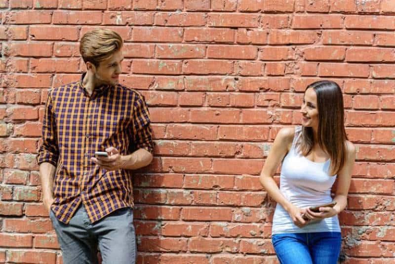 Zwei junge Leute flirten