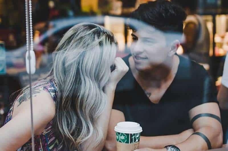 Zwei junge Leute unterhalten sich in einem Café