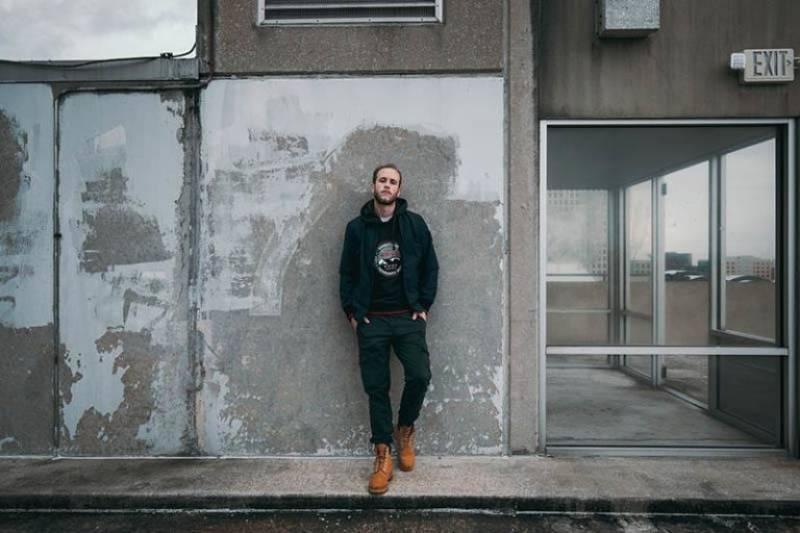 der junge Mann oben im Gebäude