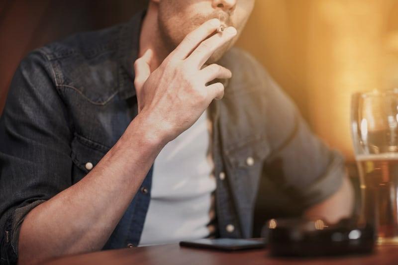 ein Mann, der eine Zigarette raucht(1)