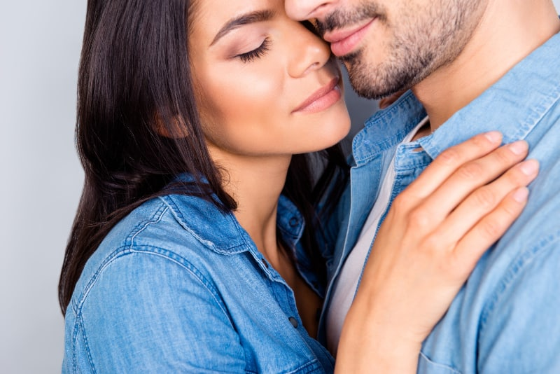 ein schönes junges Paar in blauen Hemden