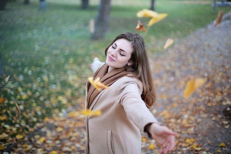 glückliche Frau im Herbst