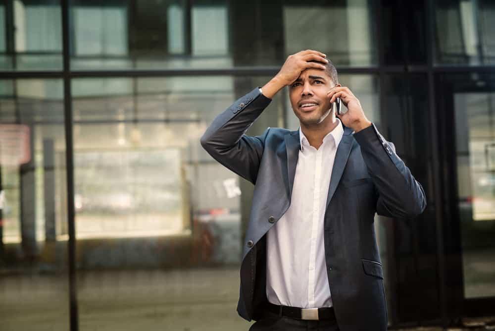 Ein Mann in einem grauen Anzug behält den Kopf