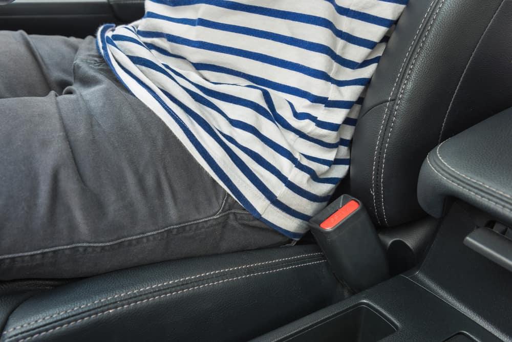 Ein Mann in grauen Hosen, der in einem Auto saß, trug keinen Sicherheitsgurt