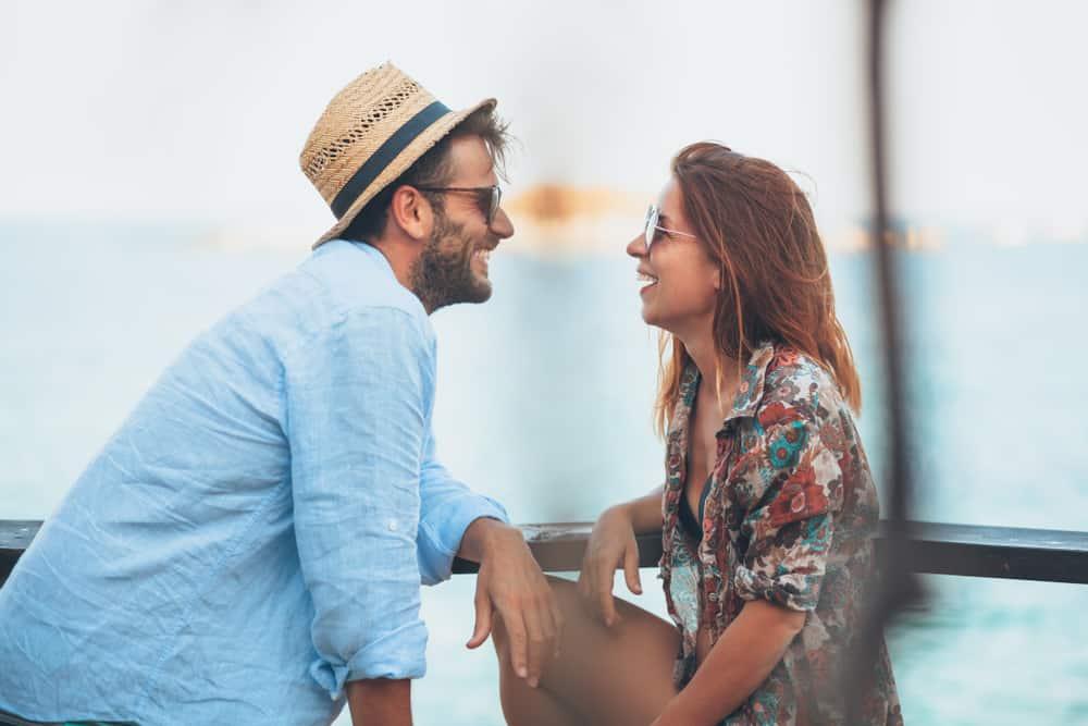 Ein Mann und eine Frau sehen sich an und lachen