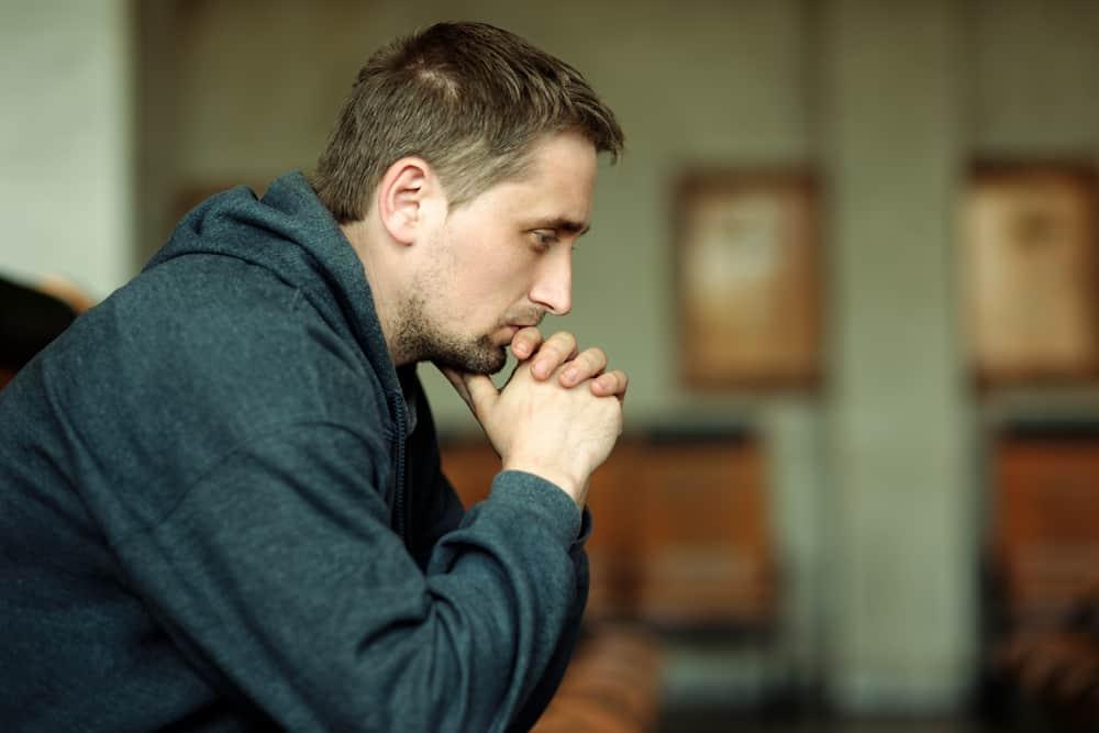 Ein ernster Mann sitzt und denkt über etwas nach