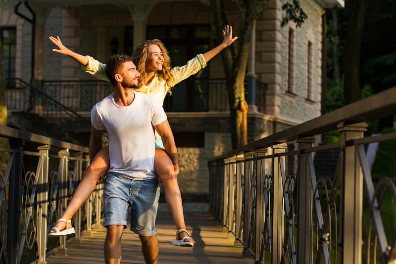 Ein schönes junges Paar freut sich auf einen schönen sonnigen Tag