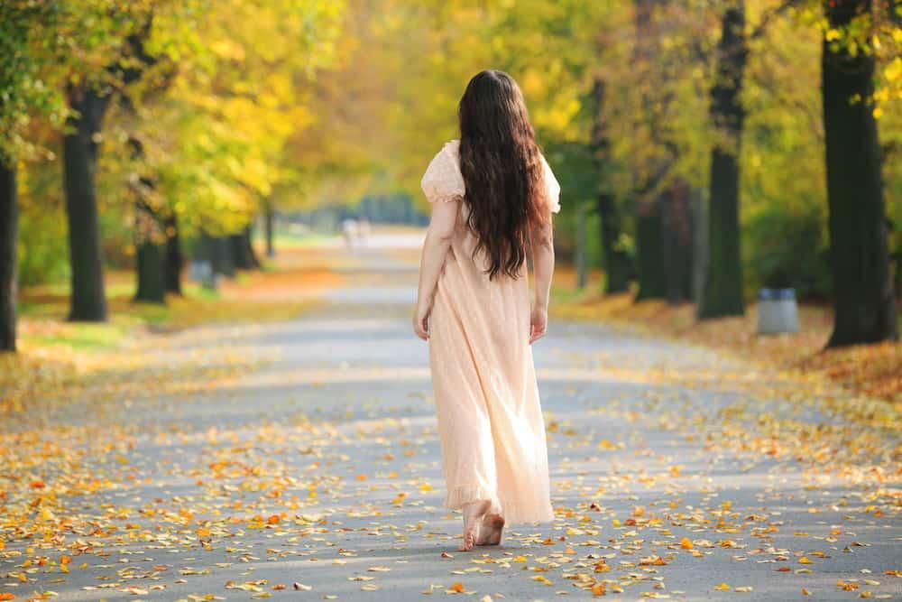 Eine Frau geht die Straße entlang
