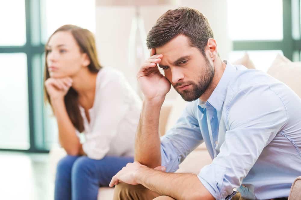 Eine Frau und ein Mann sitzen auf einer Bank