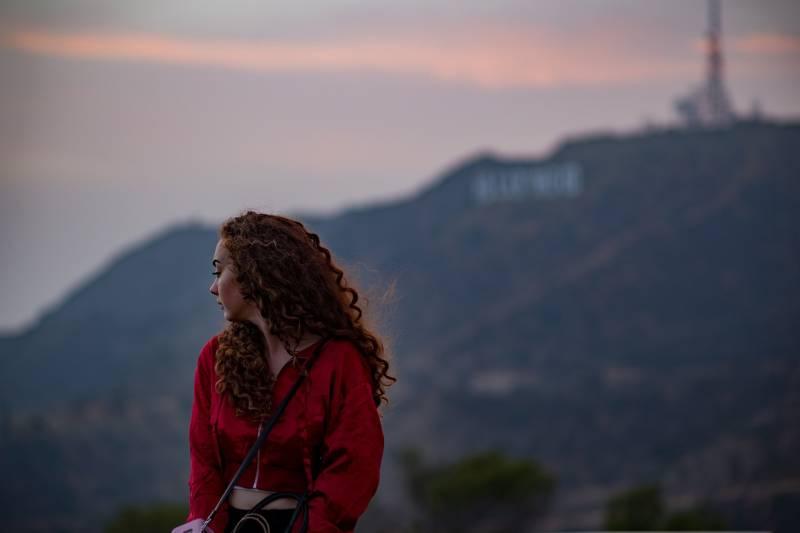 Frau in der roten Spitze, die draußen steht