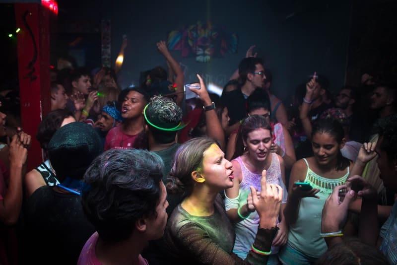 Freunde tanzen in einem Disco-Club