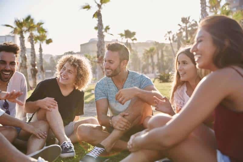 Gruppe von Freunden draußen lachen