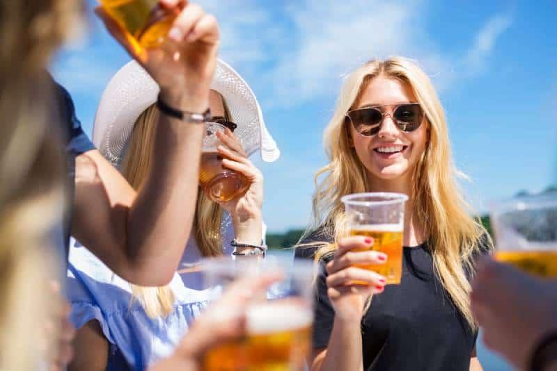 Gruppe von Freundinnen, die draußen Bier trinken