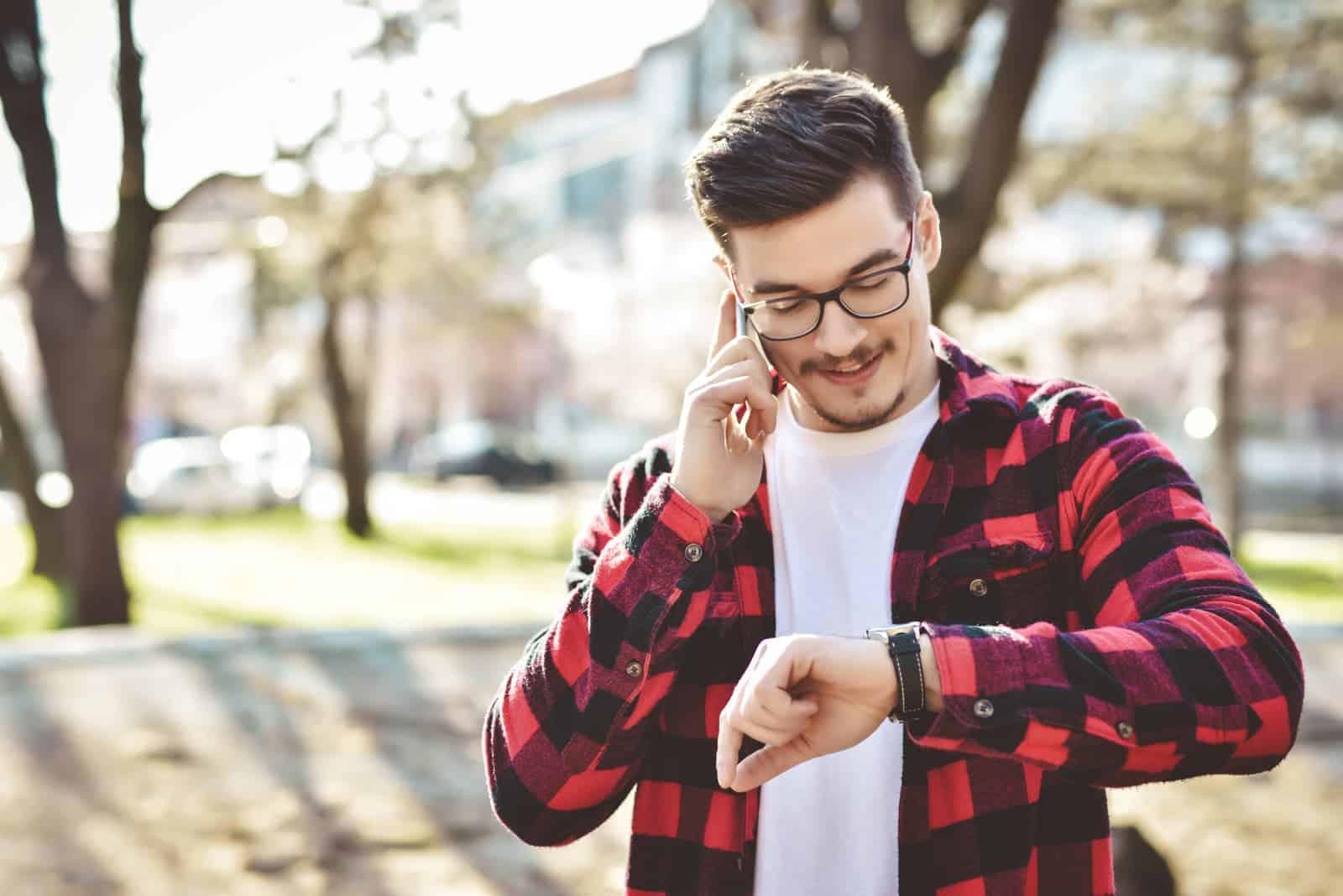 Jung-Geschäftsmann-besorgt-schaut-auf-seine-Armbanduhr