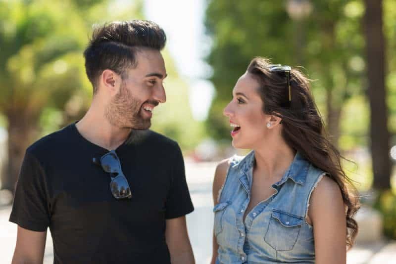 Mann und Frau schauen sich an und lächeln