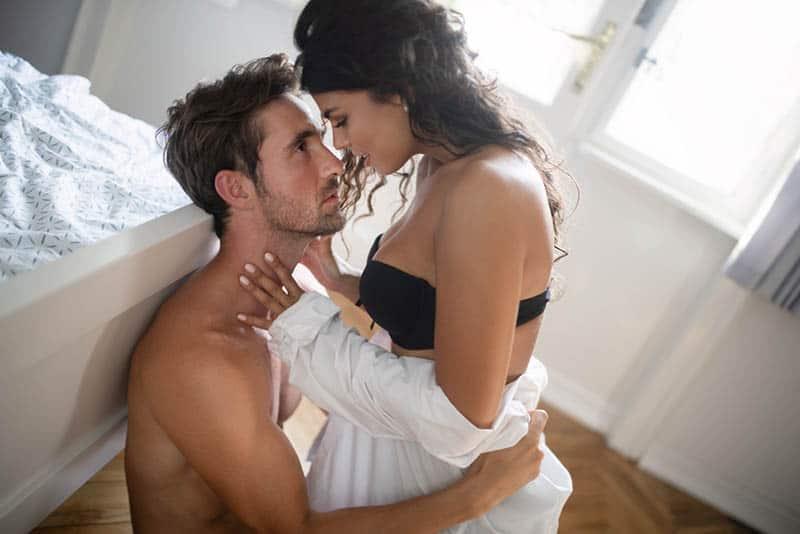 Paar in Unterwäsche auf dem Boden