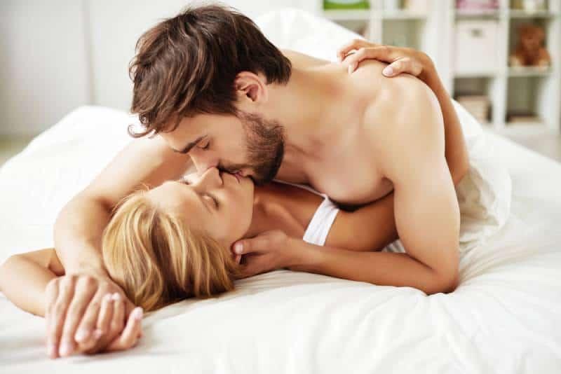 Paar küsst Vorspiel im Schlafzimmer