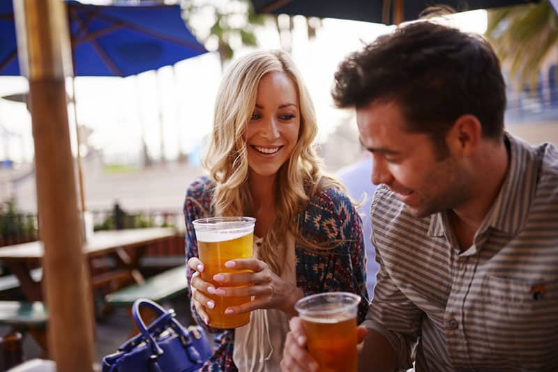 Paar trinkt Bier an der Bar