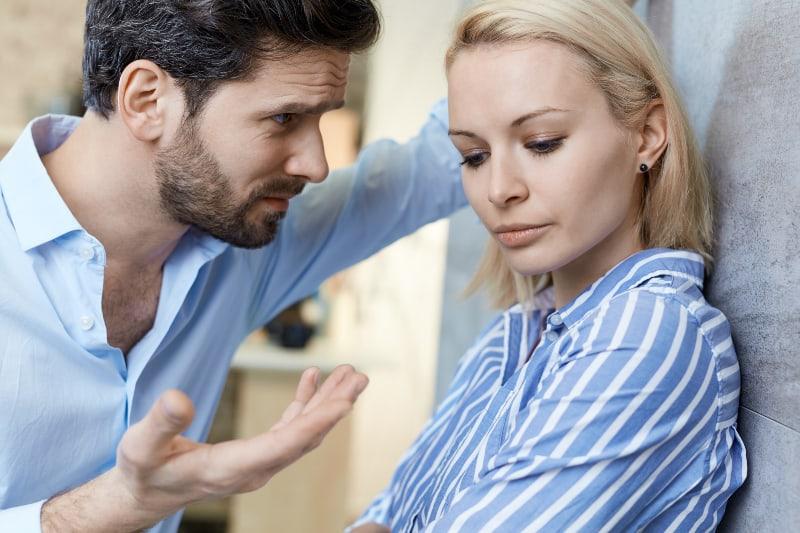 ein Paar, das Schwierigkeiten in einer Beziehung hat