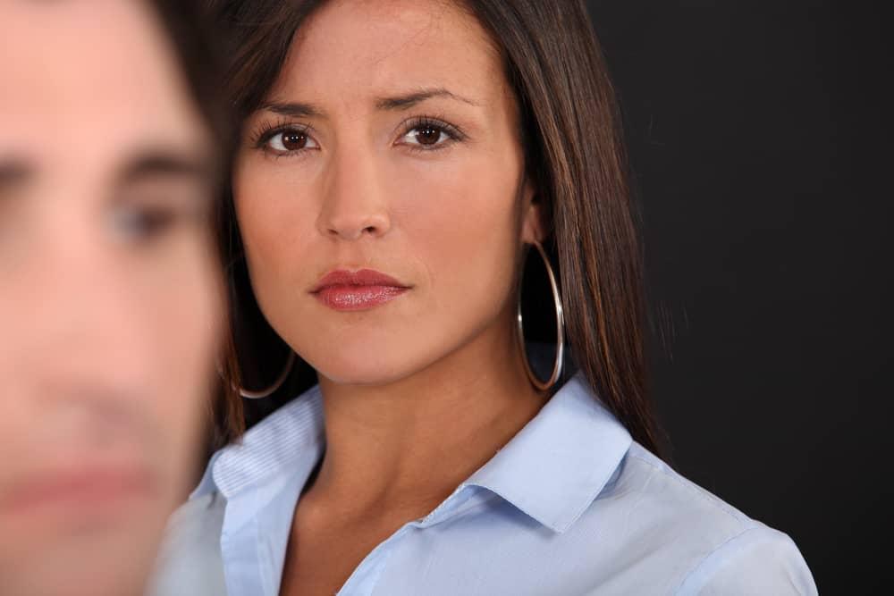 ein Porträt einer verärgerten Frau, die ihren Mann ansieht
