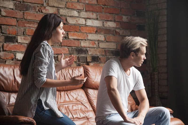 ein Streit zwischen einem Mann und einer Frau auf einer Ledercouch