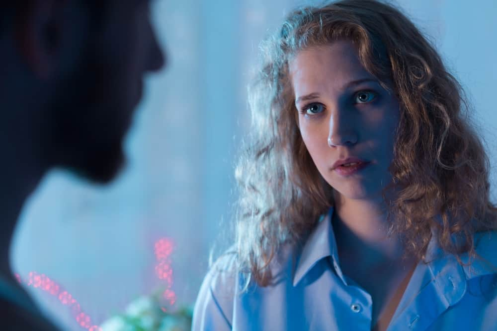 ein besorgtes trauriges Mädchen, das mit ihrem Mann spricht
