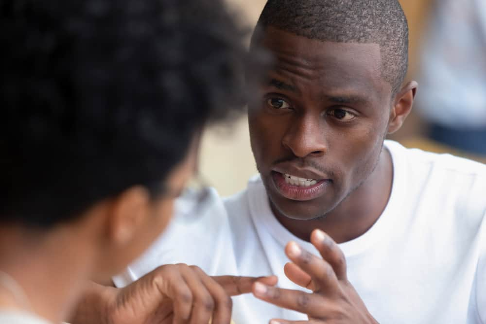 erklärt der schwarze Mann seiner Frau