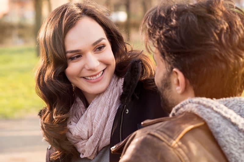 lächelnde Frau, die ihren Mann draußen ansieht