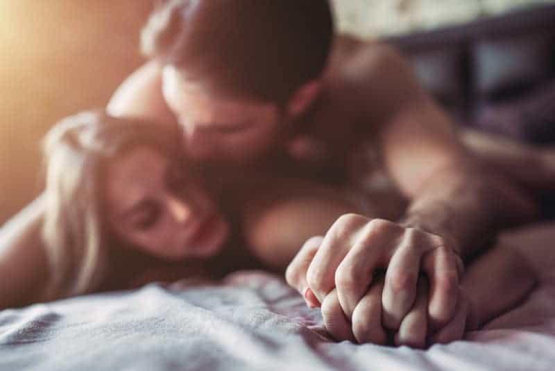 leidenschaftliches Paar im Bett