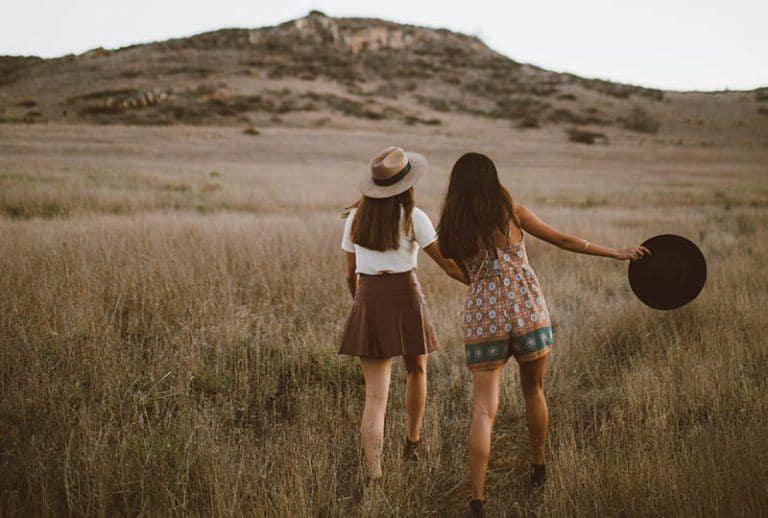 zwei Freunde rennen über das Feld