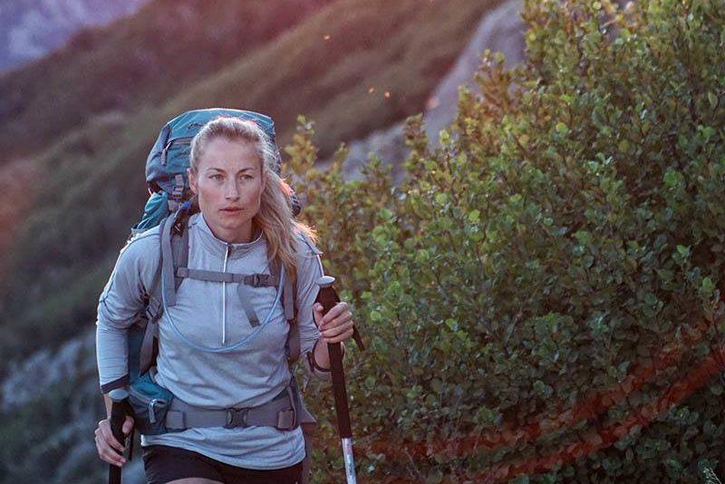 Blondine mit Bergsteigerausrüstung Bergsteiger