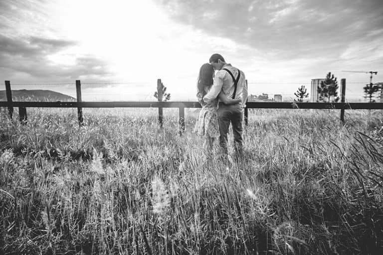 ein umarmtes Paar auf einem Feld