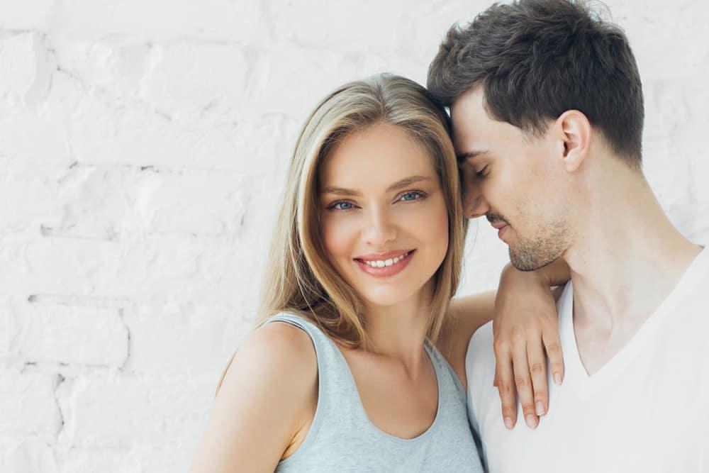 Der Mann umarmte die Frau